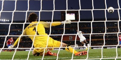 Ghana firma de penal ante Serbia el primer triunfo africano