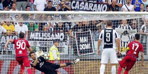 Italia, primer penalti tras consultar el VAR