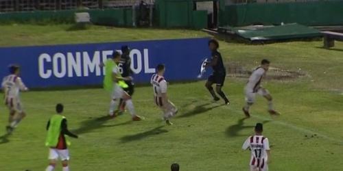 Jugador de la Sub 20 de Independiente del Valle se defiende con el banderín del córner