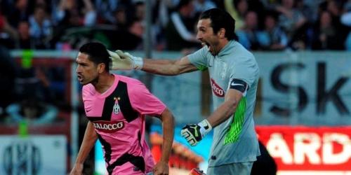 Juventus y Milán ganan y mantienen la pugna por el título