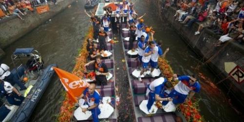 La 'Oranje' hizo un recorrido por los canales de Amsterdam