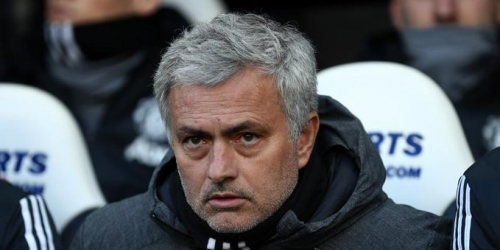(OFICIAL) José Mourinho en busca de un centrocampista