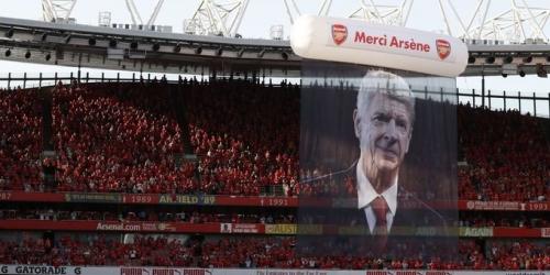 (VIDEO) El Emirates despide a Wenger con una manito